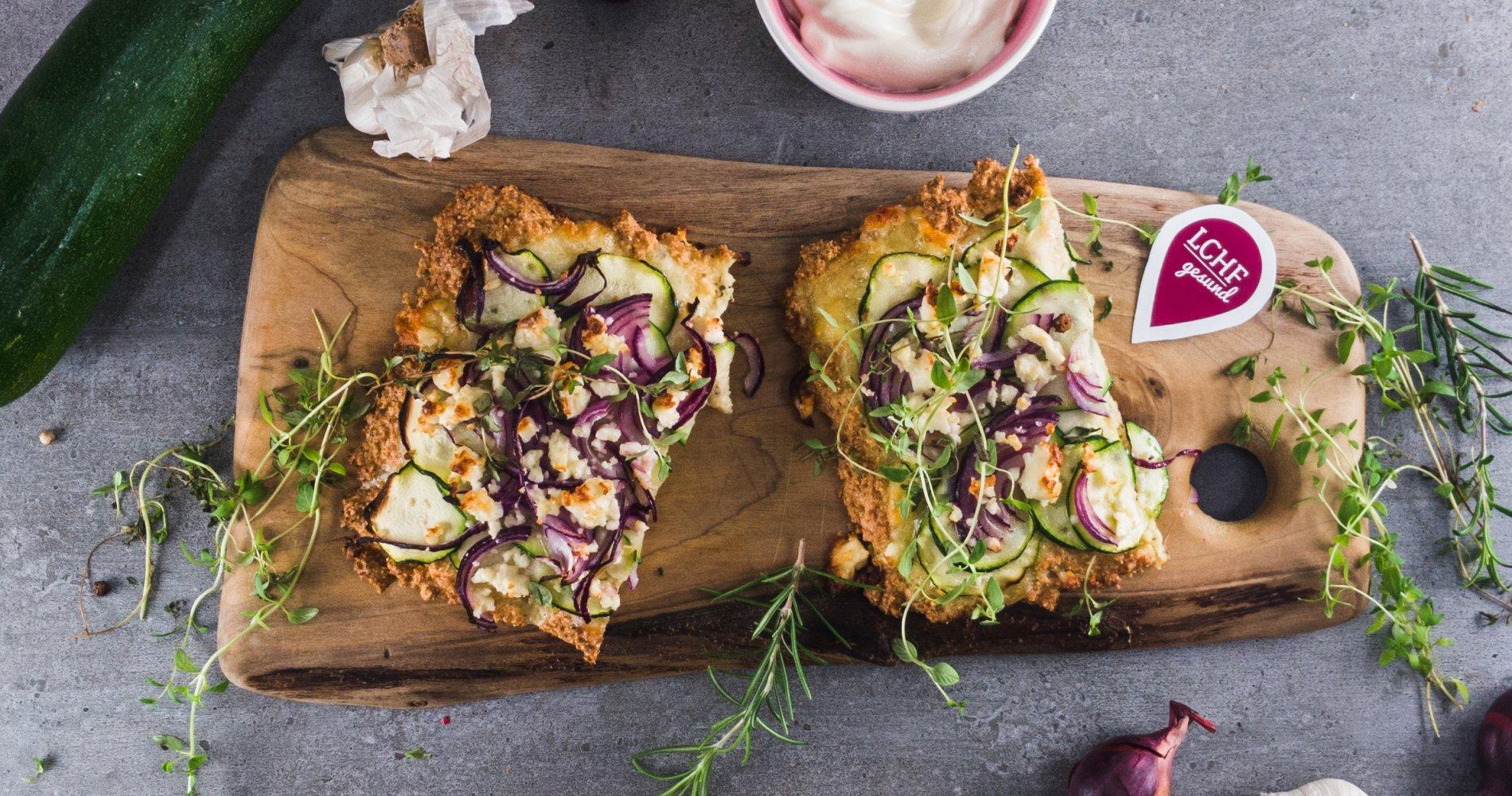 Rezept Low Carb: Zucchini-Zwiebel-Blechkuchen - LCHF-gesund.de