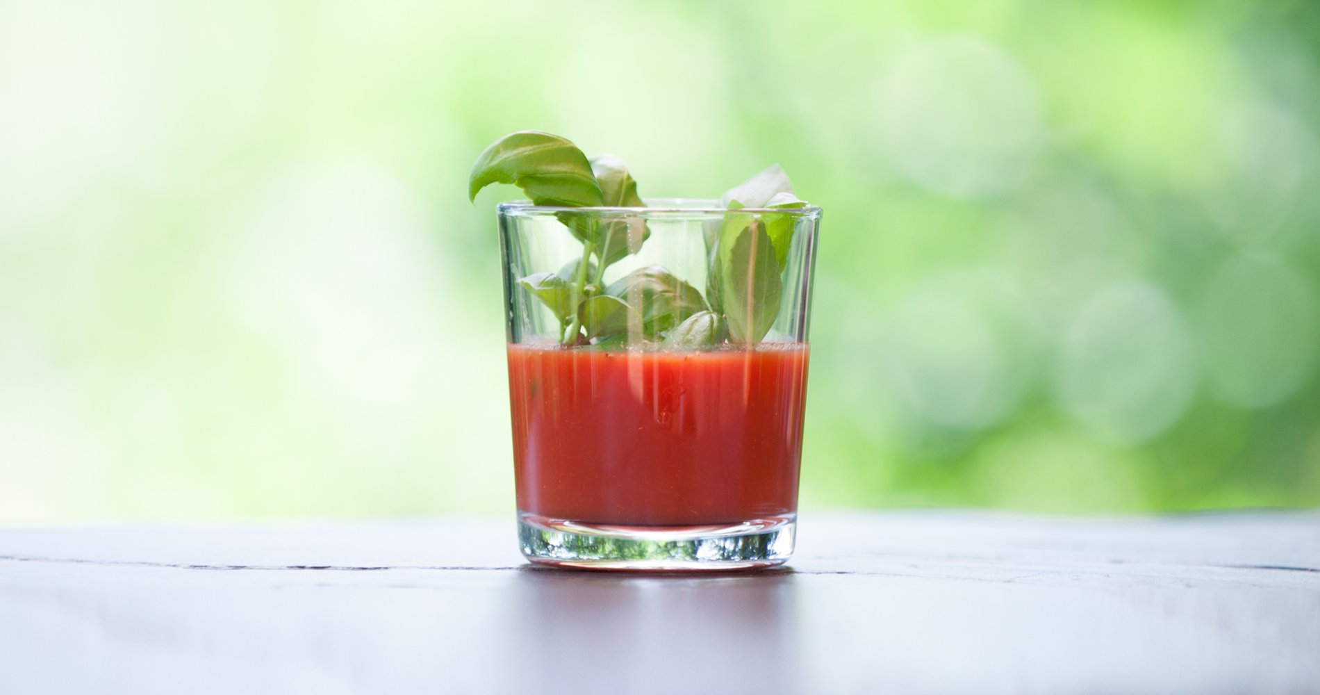 Low Carb: Tomatensaft mit Basilikum - würzige Abwechslung
