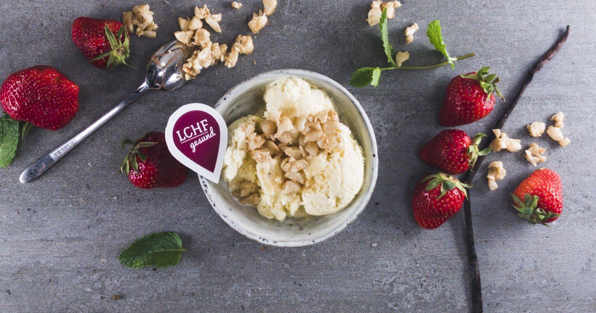 Low Carb: Sahniges Vanille-Eis - mit kandierten Macadamia-Nüssen