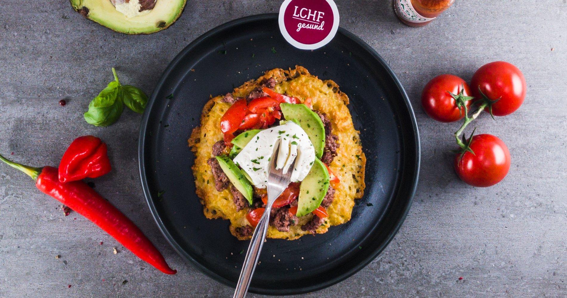 Low Carb: Käsetortilla mit Hackfleisch - dazu Tomate und Avocado