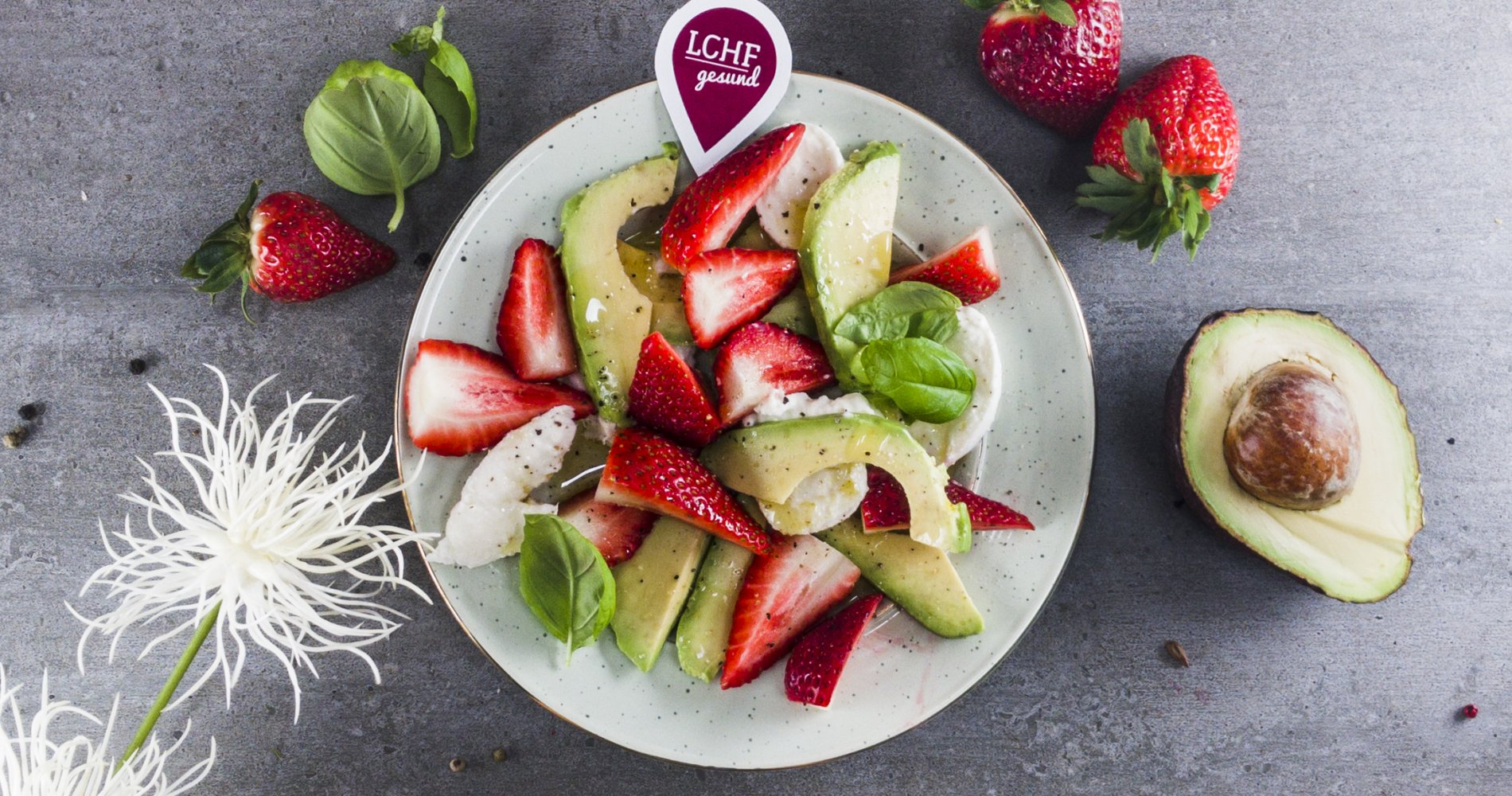 Rezept Low Carb: Fruchtiger Erdbeer-Avocado-Salat - LCHF-gesund.de