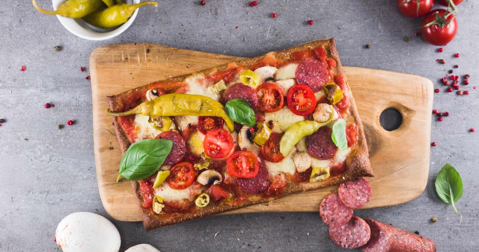 Low Carb: Pizza Salami-Pepperoni - aus Lizza®-Teig