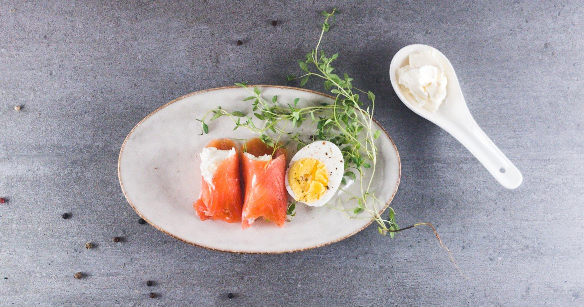 Low Carb: Lachs-Frischkäse-Röllchen - mit gekochtem Ei