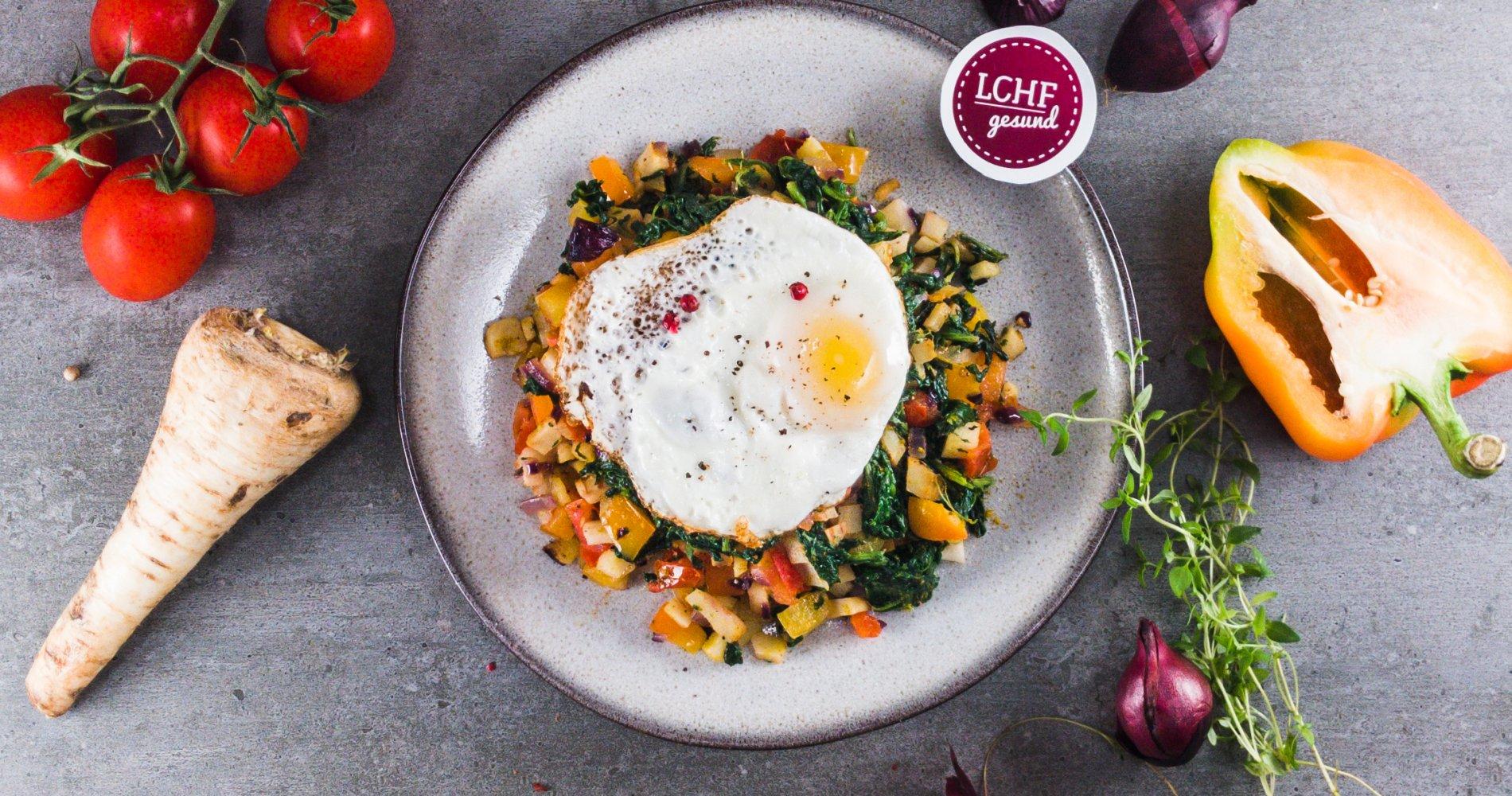 Low Carb: Frühstücksgemüse aus der Pfanne - mit leckerem Spiegelei