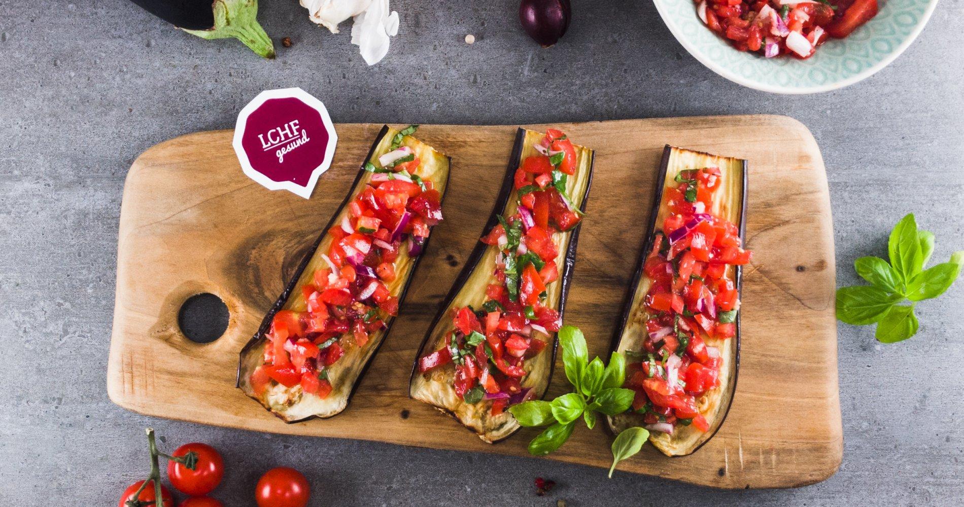 Low Carb: Auberginen-Tomaten-Bruscetta - mit Basilikum und Zwiebel