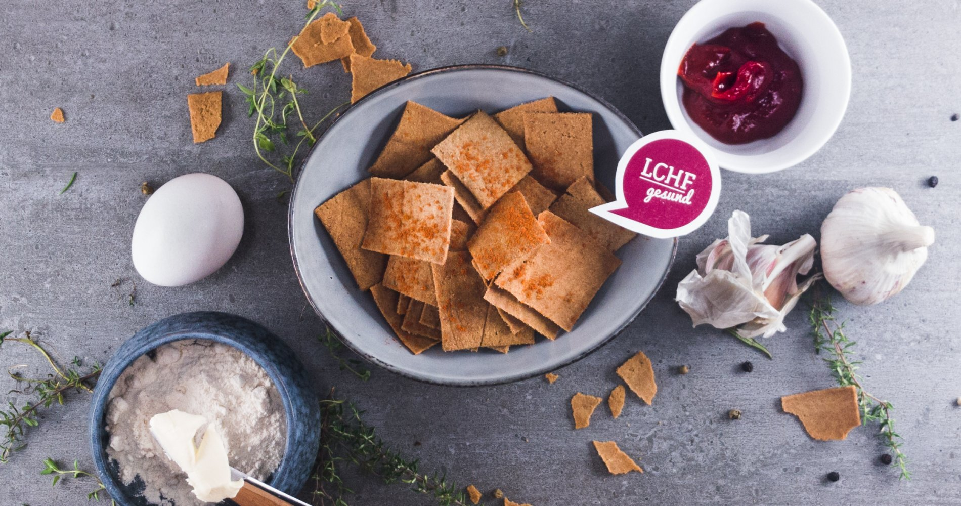 Low Carb: Würzige Cracker mexican Style - ♥ Knusper knusper – snacken geht auch Low Carb! Mexikanische Taccos für den Freitagabend und dazu fruchtiges Ketchup zum Dippen. - LCHF-gesund.de