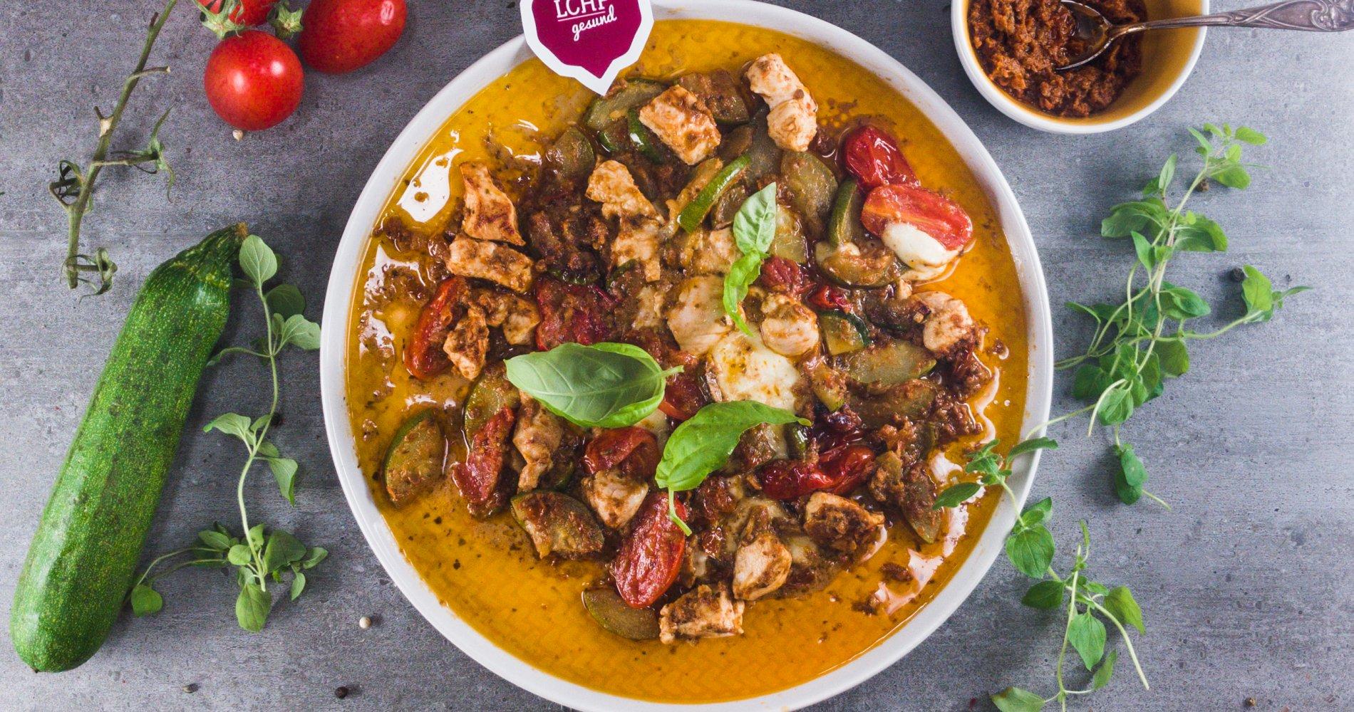 Low Carb: Hähnchen-Pesto-Pfanne - mit Zucchini-Tomaten-Gemüse