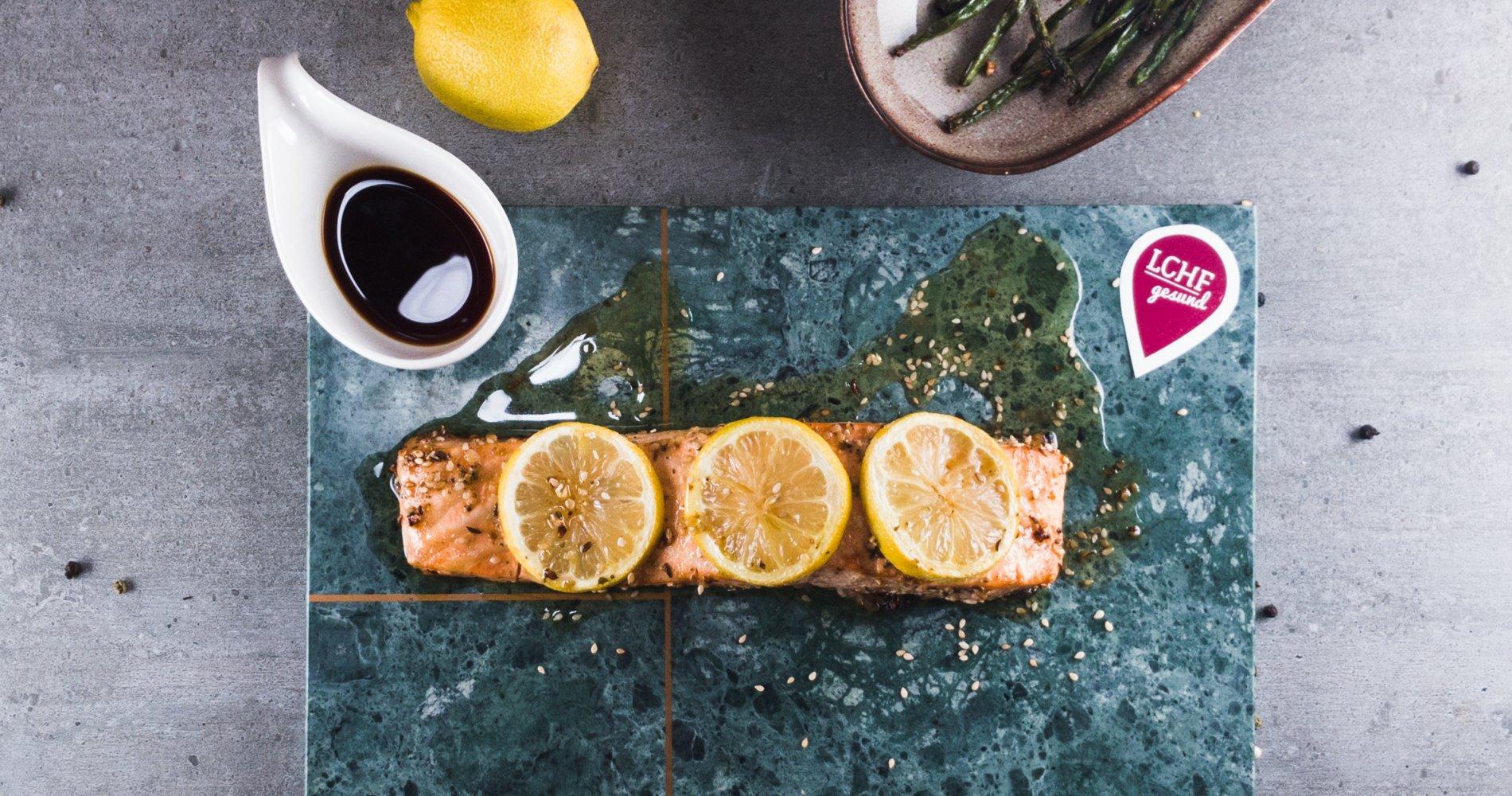 Rezept Low Carb: Zitroniges Lachsfilet aus dem Ofen - LCHF-gesund.de